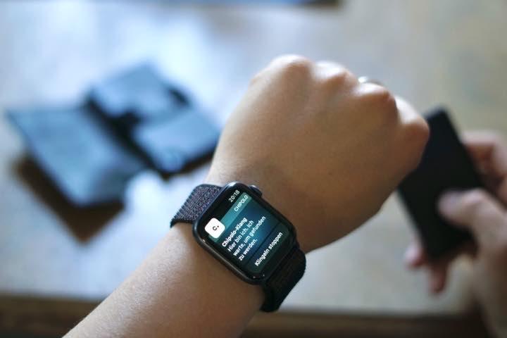 Apple Watch an Handgelenk zeigt eine Benachrichtigung an