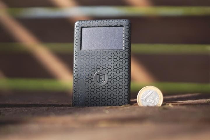 Bluetooth Tracker Karte steht neben einem Eurostueck