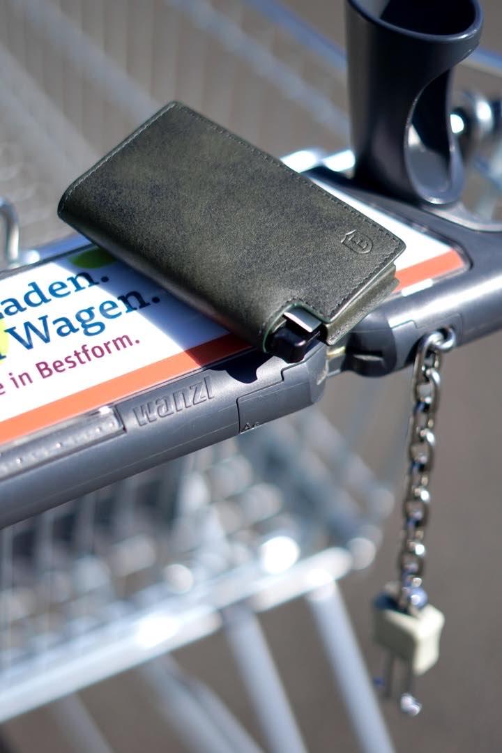 Ekster Parliament Geldbeutel liegt auf einem Einkaufswagen