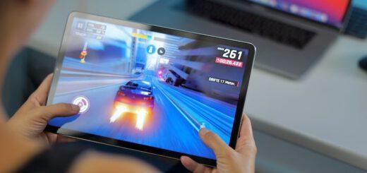 Frau spielt Asphalt 9 Auto Rennspiel auf Xiaomi Tablet 520x245