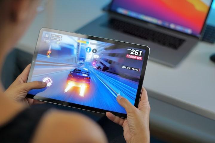 Frau spielt Asphalt 9 Auto Rennspiel auf Xiaomi Tablet