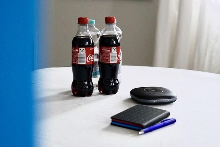 Getr%C3%A4nke Notizbuch und Lautsprecher im B%C3%BCro