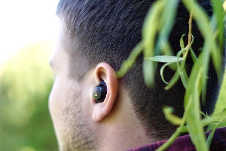 Mann mit Spirit Dot 2 Kopfhoerer im Ohr