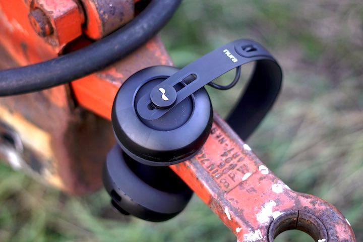 Nuraphone Kopfhoerer liegen auf roter Metallstange