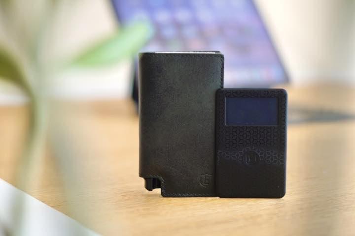 Slim Wallet und Bluetooth Solar Tracker Karte stehen auf einem Tisch vor einem iPad