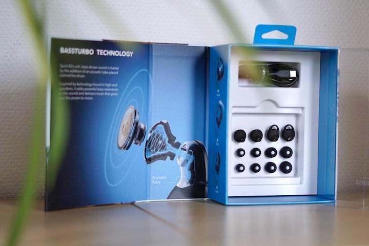 Soundcore Kopfhoerer Verpackung steht vor einer Pflanze