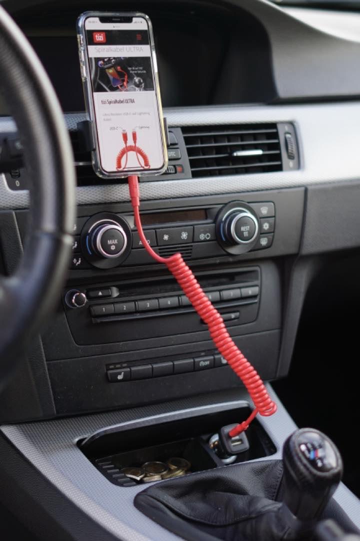 Tizi Spiralkabel Ultra l%C3%A4dt ein iPhone in einem Auto