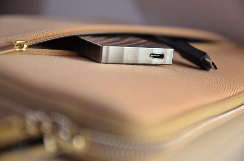 kompakt verstaut im macbook sleeve min