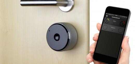 danalock_on door with iPhone