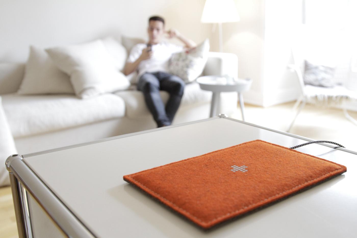 feltboard schicke qi ladestation im filz design gadget. Black Bedroom Furniture Sets. Home Design Ideas