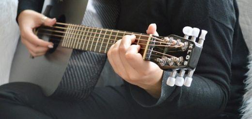 Carbonfaser Gitarre wird gespielt 520x245