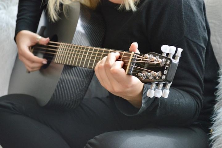 Carbonfaser Gitarre wird gespielt