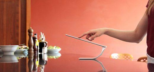 Frau mit Yohann iPad Halter 520x245