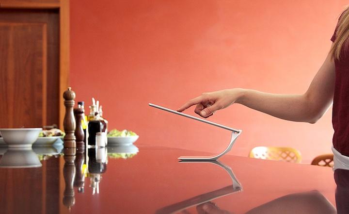 Frau mit Yohann iPad Halter
