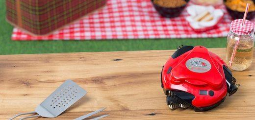 Grillbot auf Tisch mit Grillbesteck und Getränk 520x245