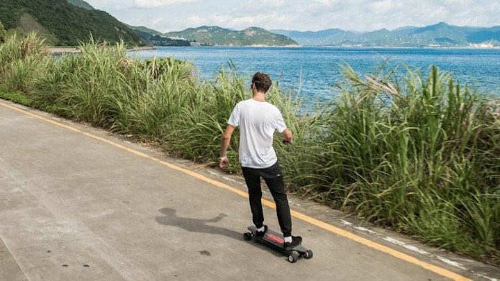 Mann fährt auf Teamgee Longboard
