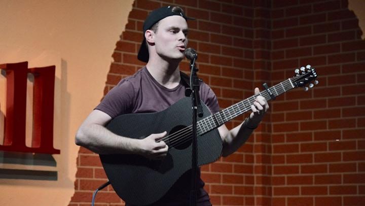 Sänger mit Carbonfaser Gitarre
