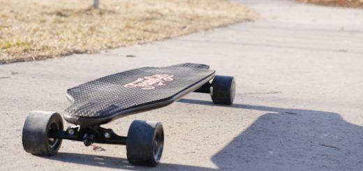 Teamgee Longboard auf einer Straße 520x245