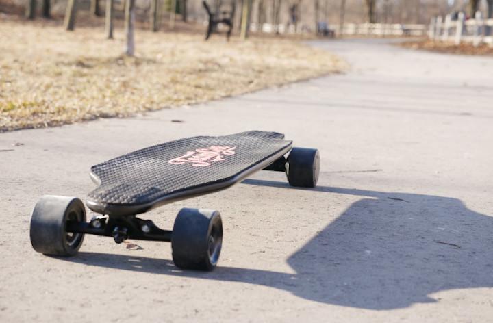 Teamgee Longboard auf einer Straße