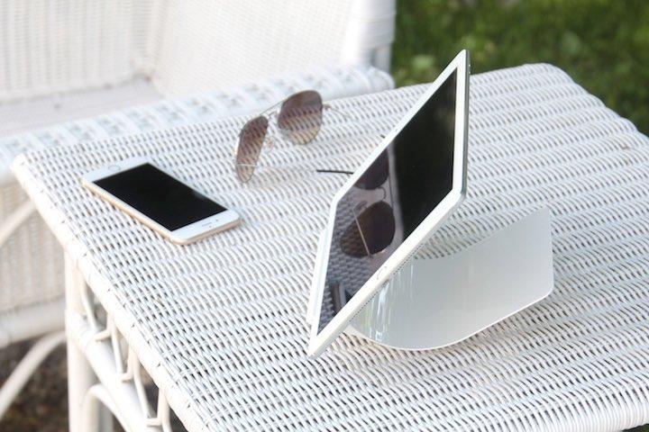 Yohann iPad Stand mit iPhone iPad und Sonnenbrille