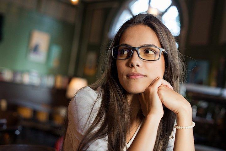 Frau mit ProSPEK Computerbrille