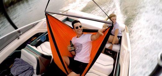 Mann in SkyFloat auf Boot mit Frau 520x245