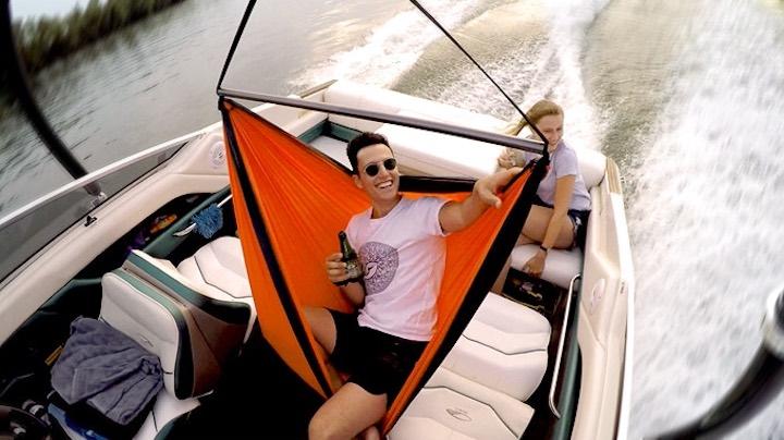 Mann in SkyFloat auf Boot mit Frau