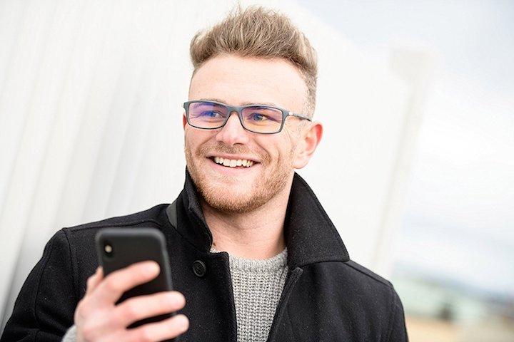 Mann mit ProSPEK Computerbrille 1