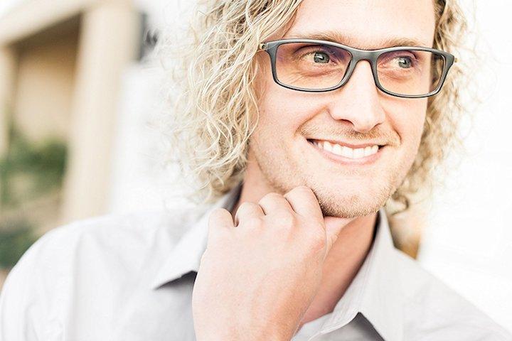 Mann mit ProSPEK Computerbrille 2