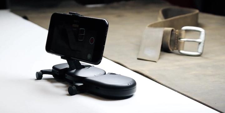 Muwi mit iPhone und Gürtel