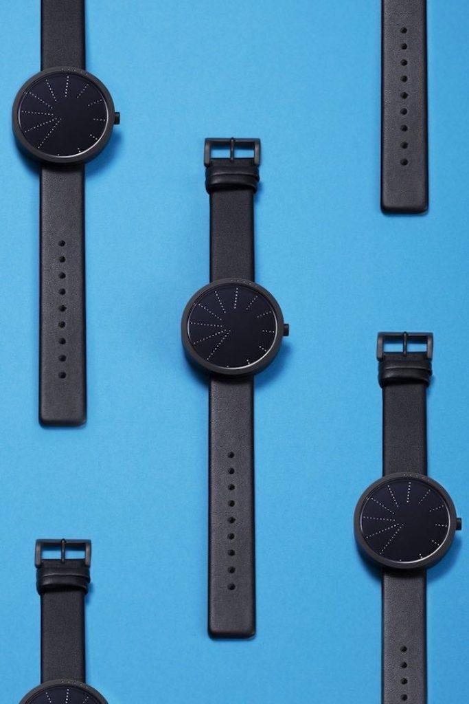 schwarzes Modell von Order 683x1024