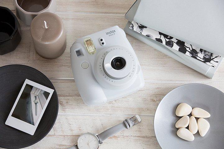 Fujifilm Instax Mini weiß mit Steinen und Uhr