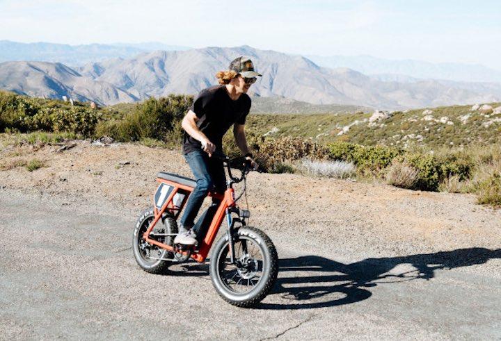 Mann auf Juiced Bike