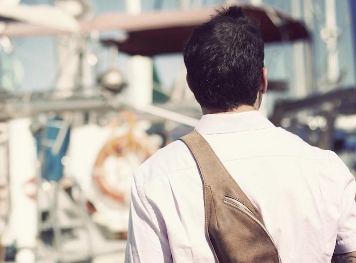 Mann mit brauner Vertex Leather Bag