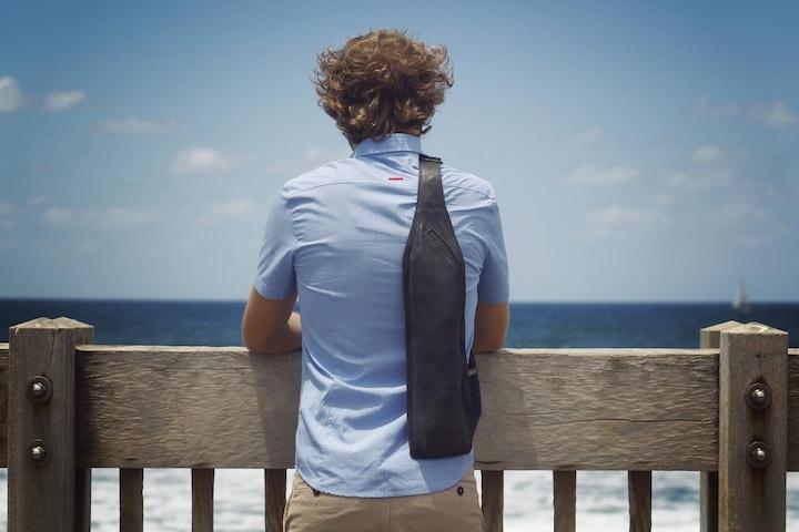 Mann mit schwarzer Vortex Leather Bag