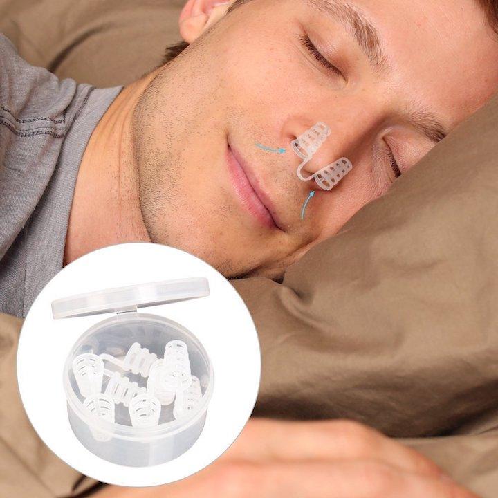 Mann schläft mit Nasendilatatoren