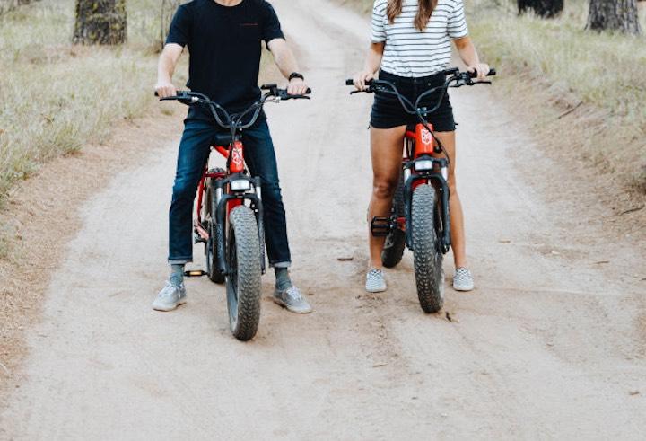Mann und Frau auf Juiced Bike