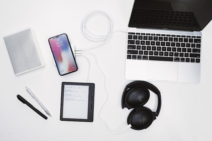 QIPLUS mit MacBook iPhone Kopfhöreren und eBook Reader