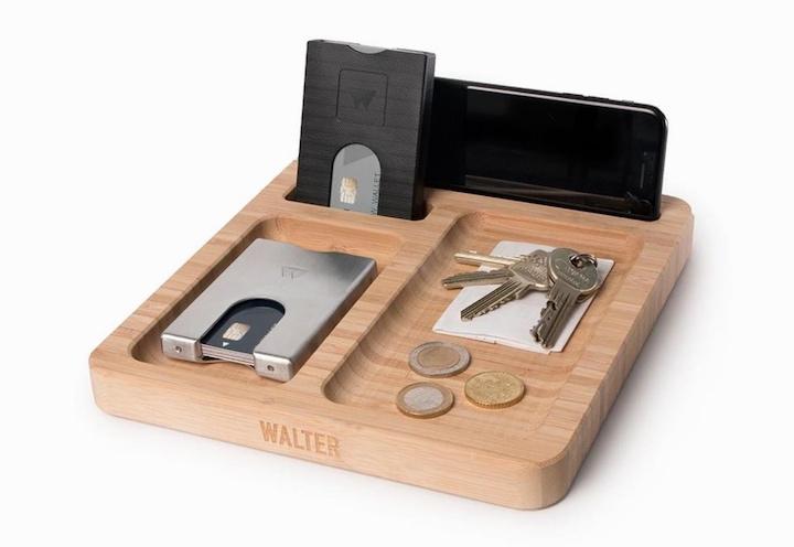 Bamboo Dock mit Geld und Schlüssel