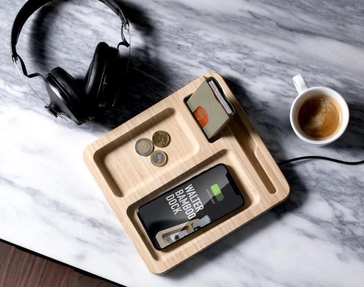 Bamboo Dock mit Kopfhörern und Kaffee