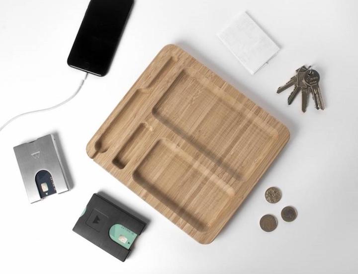 Bamboo Dock mit iPhone Geld und Schlüssel