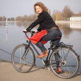 Frau mit Drachenhaut auf Fahrrad 160x160