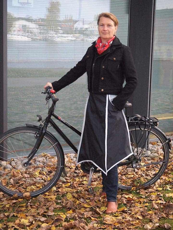Frau mit Drachenhaut vor Fahrrad