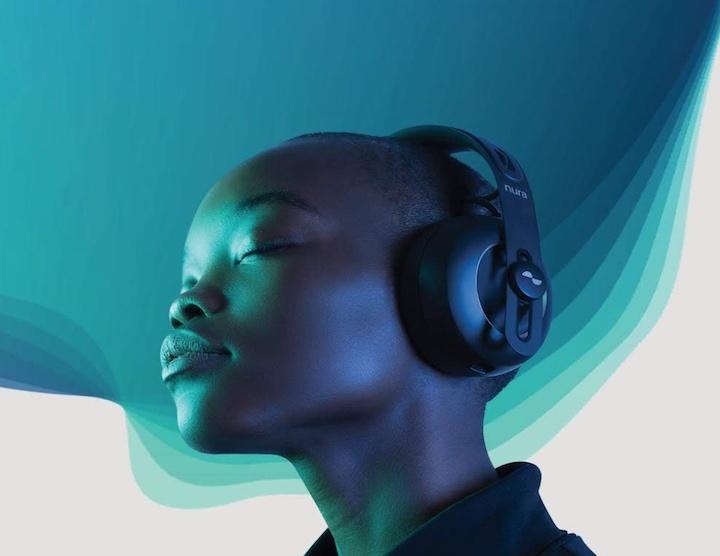 Frau mit Nuraphone Kopfhörern