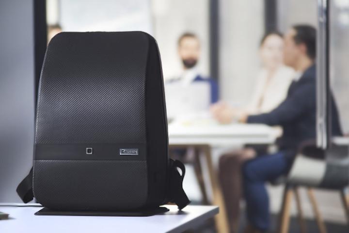 lumzag smarter rucksack aus carbonfaser f r jeden tag. Black Bedroom Furniture Sets. Home Design Ideas