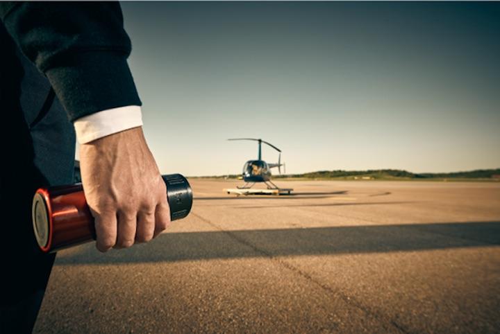 Lyd in Hand mit Hubschrauber im Hintergrund