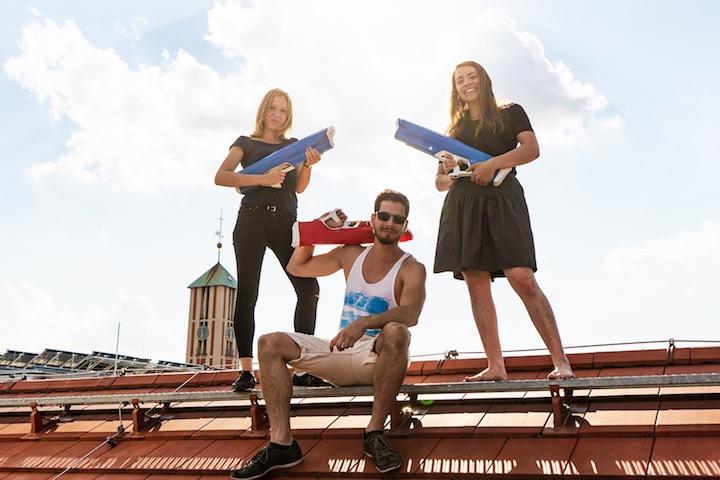 Mann und zwei Frauen posieren mit Spyra