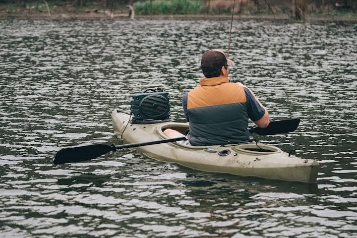 Turtlbox auf einem Kanu