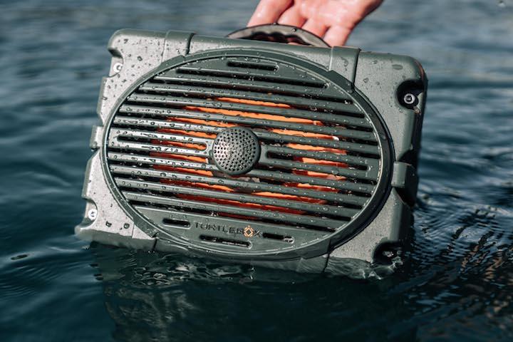 Turtlbox wird ins Wasser gehalten