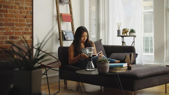 Frau liest und Tempo auf Tisch